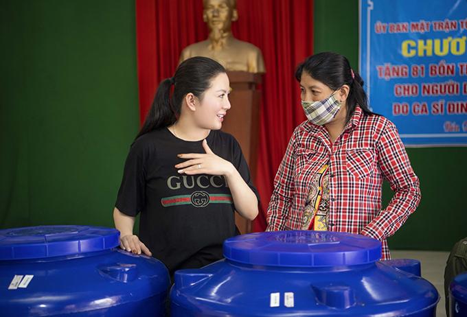 Đinh Hiền Anh trao bình đựng nước cho bà con Bến Tre đầu tháng 5/2020.