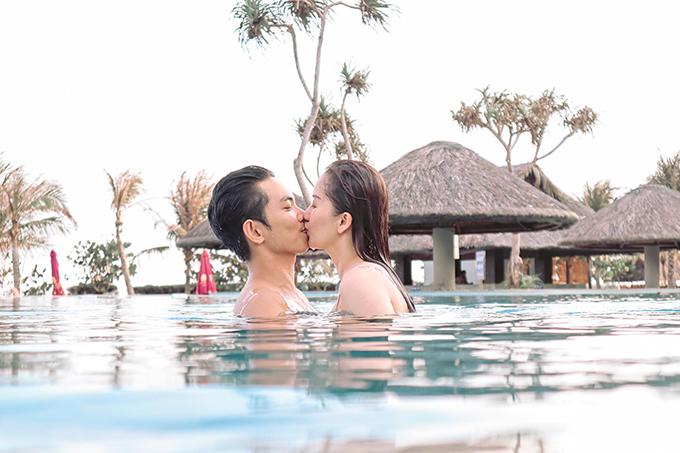 Khánh Thi - Phan Hiển không ngại dành cho nhau những cử chỉ ngọt ngào tại hồ bơi trong khuôn viên resort. Vì Kubi rất nhát nước nên chủ yếu ở trên bờ và nhìn bố mẹ chơi đùa.