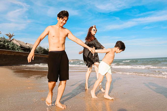 Vợ chồng Khánh Thi - Phan Hiển vừa có chuyến đi chơi cuối tuần với các con. Cậu cả Kubi rất hào hứng vì được nô đùa với sóng biển sau chuỗi ngày dài ở nhà cách ly tránh dịch. Gia đình Khánh Thi thường chọn Hồ Tràm (Vũng Tàu) để du lịch vì nơi đây không quá xa thành phố và có cảnh sắc thiên nhiên tươi đẹp, thanh bình.