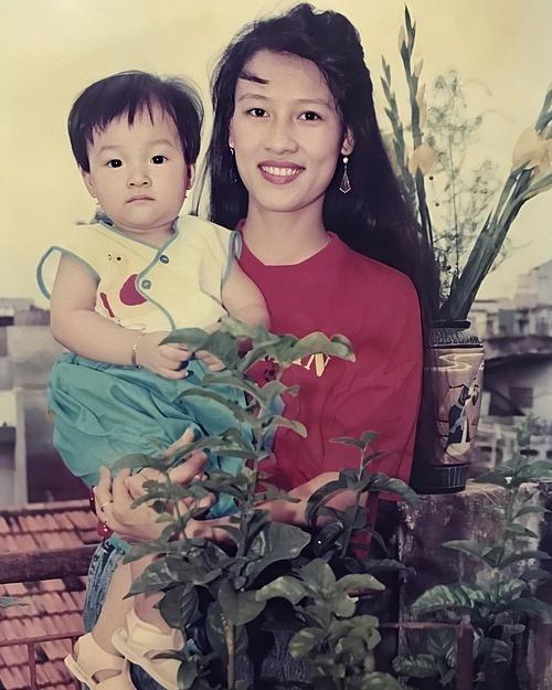 Ảnh thời nhỏ của MC Hoàng Oanh bên mẹ. Nhiều khán giả dành lời khen có cánh cho nhan sắc thời trẻ của mẹ cô.
