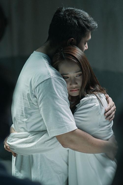 Nhã Phương ôm Trương Thế Vinh trong phim.