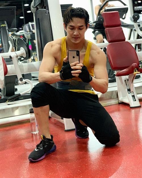 Song Luân tích cực tập gym để giữ body săn chắc.