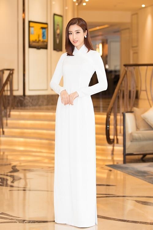 Đỗ Mỹ Linh bay từ Hà Nội vào dự event. Cô đăng quang Hoa hậu Việt Nam 2016, hiện theo đuổi công việc BTV và MC.