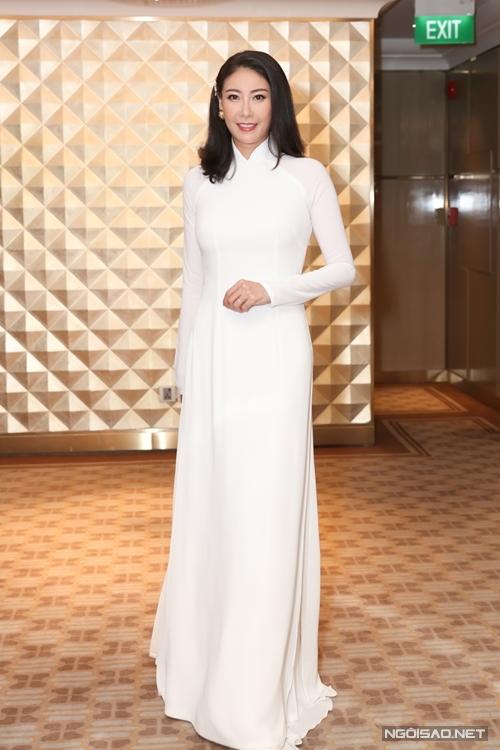 Hoa hậu Hà Kiều Anh trẻ trung hơn nhờ tà áo dài trắng.