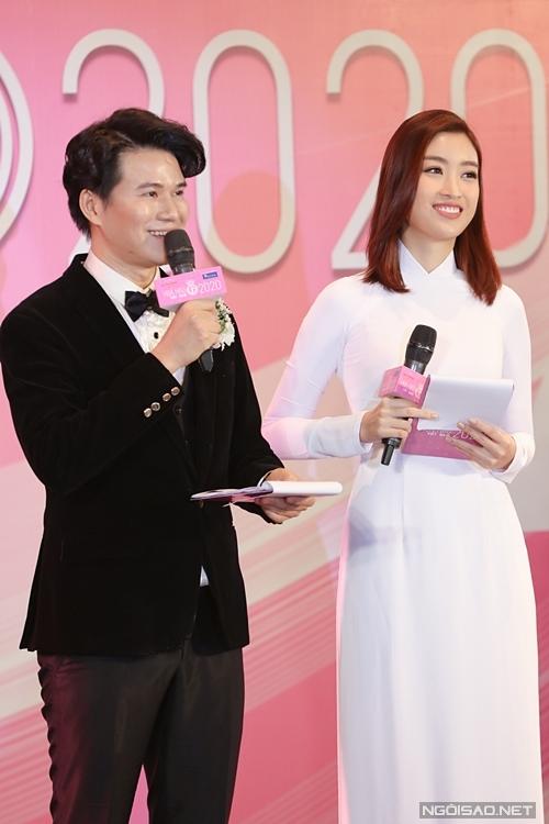 Mỹ Linh dẫn chương trình cùng MC Vũ Mạnh Cường. Người đẹp 24 tuổi còn đảm nhận phần phiên dịch với các khách mời nước ngoài.