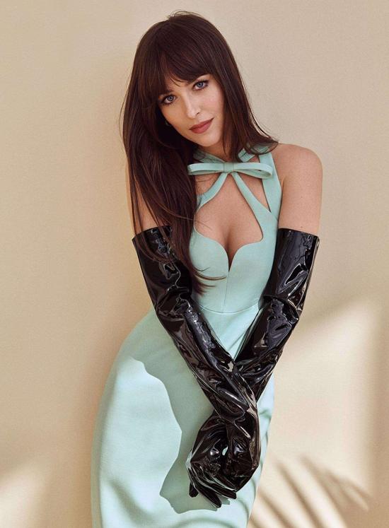 Dakota Johnson được mời làm gương mặt trang bìa của tạp chí thời trang Marie Claire mùa hè. Nữ diễn viên 50 sắc thái xuất hiện cuốn hút với phong cách nữ tính dù trang điểm nhẹ nhàng và thả tóc tự nhiên.