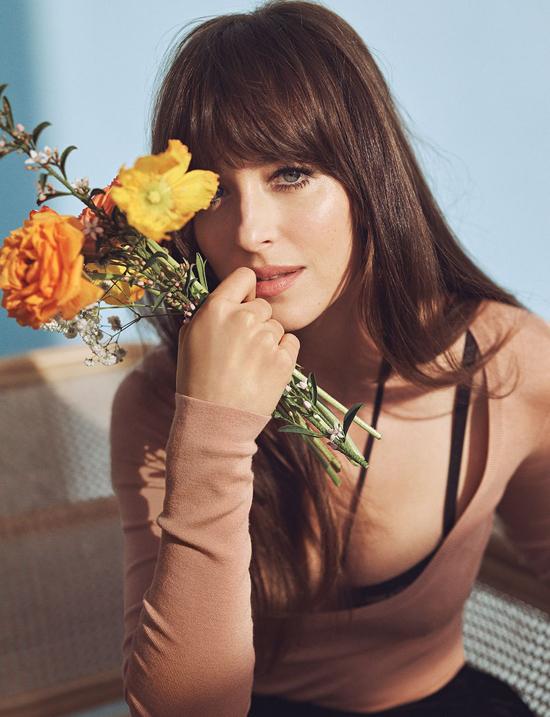 Đồng nghiệp của cô trong phim là diễn viên Tracee Ellis Ross chia sẻ trên tạp chí: Dakota là người đầy đam mê và cảm nhận mọi thứ sâu sắc. Nhưng cô ấy cũng cực kỳ quyến rũ và vui tươi. Cô ấy biết mình đang ở đâu, biết mình muốn làm gì và không ngại lên tiếng.