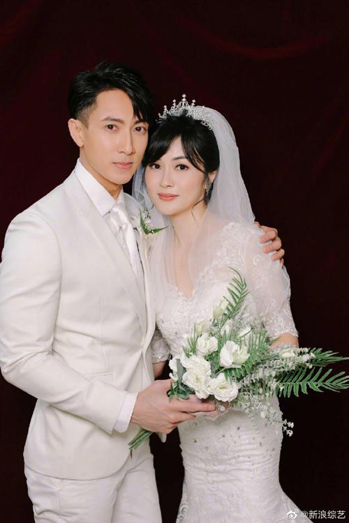 Show truyền hình 21 ngày trước đám cưới tiết lộ loạt ảnh cưới của vợ chồng diễn viên Ngô Tôn. Bộ ảnh           được chụp gần đây, và là bộ ảnh cưới chính thức đầu tiên của hai người, sau hơn 20 năm yêu đương bí mật và           chung sống. Hai người đăng ký kết hôn từ 2004, có hai con.