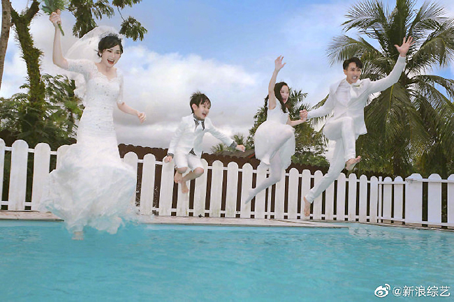 Tham gia chương trình, hai người cùng nhau đi thử váy cưới, chọn nhẫn cưới.