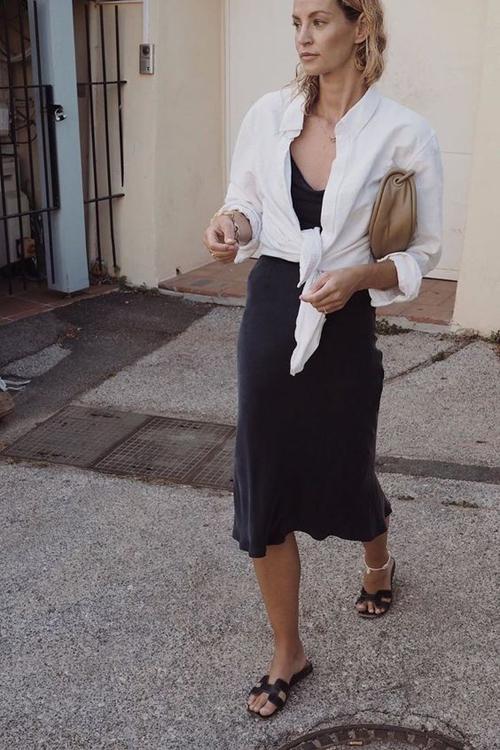 Các kiểu áo sơ mi trắng còn dễ dàng phối hợp cùng váy hai dây, đầm liền thân để mang tới sự phá cách cho người mặc.