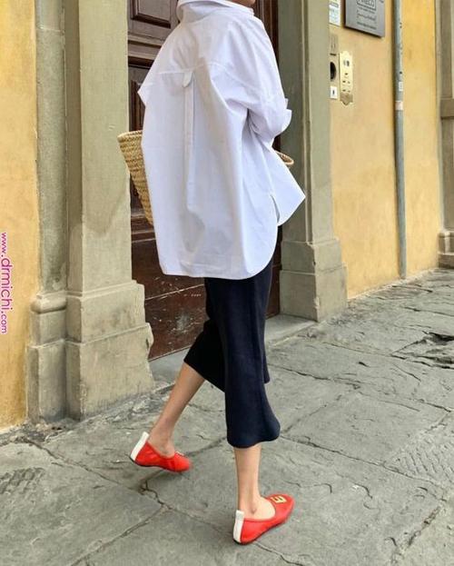 Sử dụng các mẫu áo phom rộng đi cùng chân váy midi, chân váy xẻ nhẹ nhàng sẽ mang lại set đồ tiện lợi đến văn phòng hoặc dạo phố.