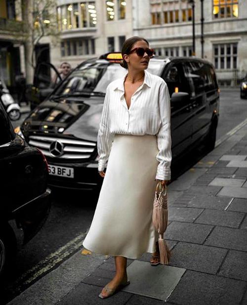 Set dồ giúp các bạn gái dễ thở hơn trong những ngày nắng đỉnh điểm với sơ mi free size, chân váy midi thiết kế trên lụa trắng.
