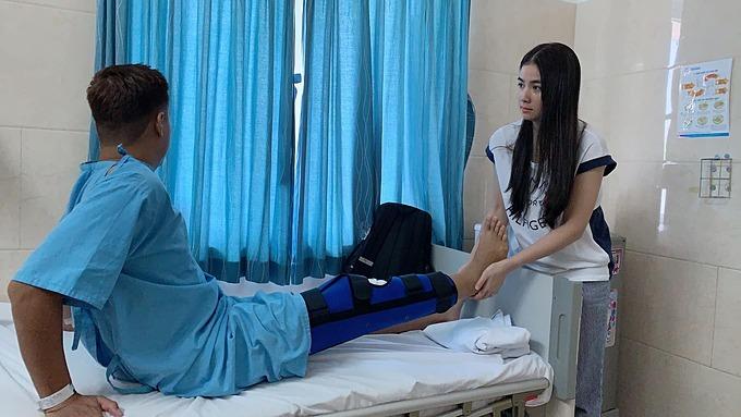 Kha Ly chăm sóc ông xã Thanh Duy khi phải nằm viện vì sự cố ngã cầu thang, bị đứt dây chằng đầu gối.