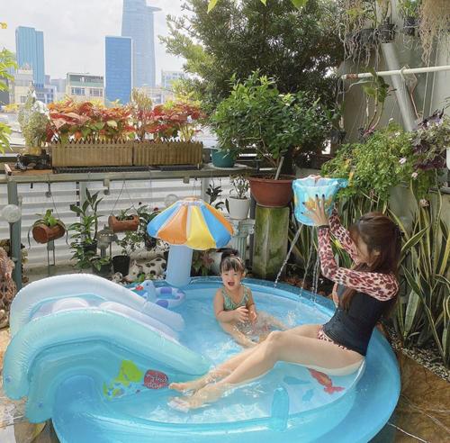 Hai mẹ bỉm sữa sành điệu của showbiz Việt - 14