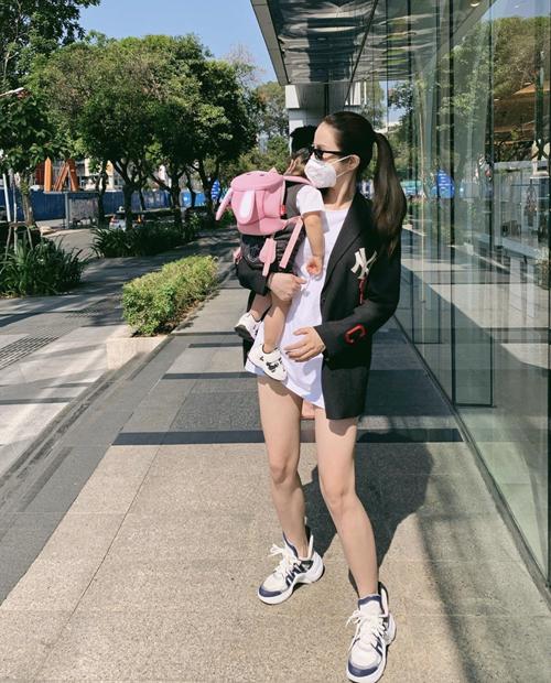 Hai mẹ bỉm sữa sành điệu của showbiz Việt - 12