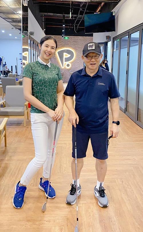 Thầy Park không những huấn luyện bóng đá giỏi mà còn oánh golf hay lắm nha các bạn, hoa hậu Ngọc Hân chia sẻ trong lần được hội ngộ cùng HLV Park Hang-seo.