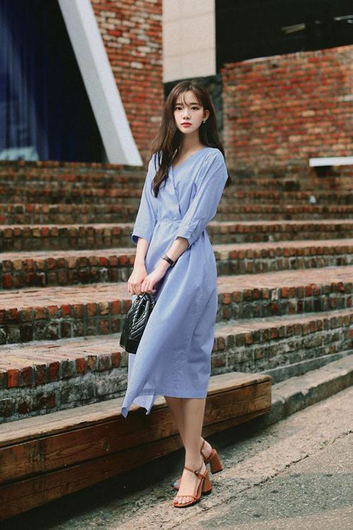 Đầm cổ V, tay lửng không kén dáng và dễ sử dụng khi đi làm, đi dạo phố hoặc hẹn hò cafe cuối tuần cùng bạn bè.