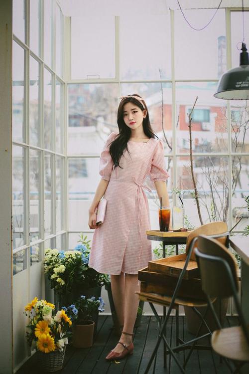 Đầm thắt eo dành cho mùa nắng được thiết kế trên chất liệu vải cotton với độ thông thoáng cao, sắc màu trang nhã.