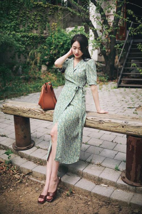 Nếu bạn muốn thể hiện phong thái dịu dàng trong mùa này thì các kiểu váy thắt eo mang hơi hướng cổ điển là lựa chọn phù hợp nhất.