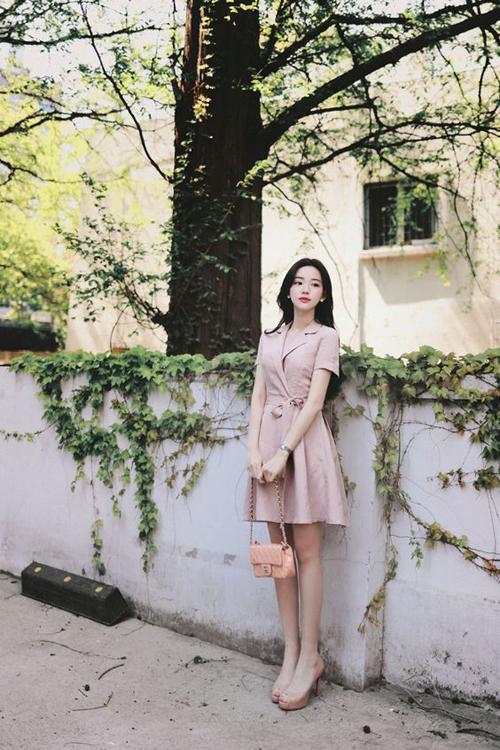 Đầm cổ vest dễ khiến người mặc già trước tuổi, tuy nhiên với thiết kế dáng ngắn, đi kèm vạt xéo thì phái đẹp vẫn trẻ trung như thường.
