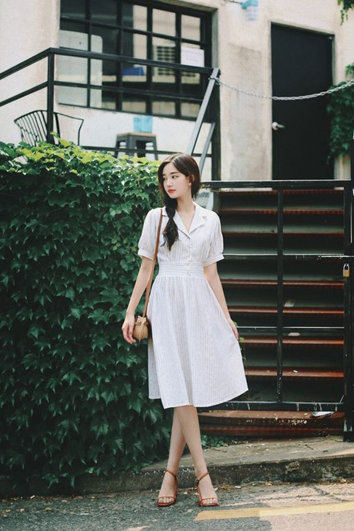 Váy tay bồng, cổ đăng tông dành cho các nàng có vóc dáng nhỏ nhắn. Tông trắng cùng các chi tiết váy xòe sẽ giúp người mặc trong đầy đặn hơn.