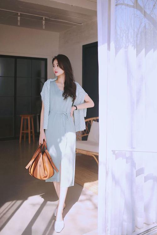 Các mẫu váy sát nách, thắt eo bằng dây vải mảnh cũng là trang phục phù hợp với tiết trời mùa hè năm nay.