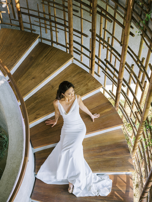 Bộ đầm được làm từ chất liệu lụa cao cấp, có độ ôm giúp làm nổi số đo của cô dâu.