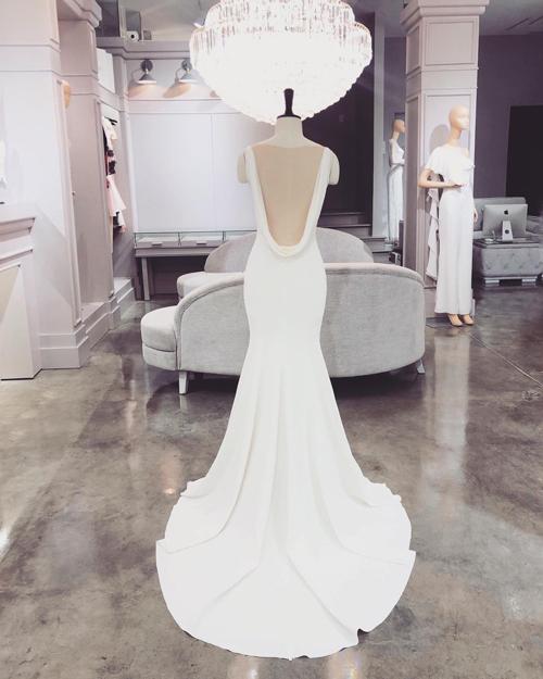 Mặt lưng váy có khoảng hở lớn, giúp mang đến vẻ gợi cảm cho cô dâu.