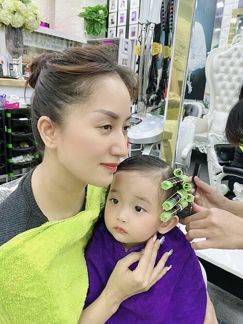 BéAnna lần đầu được mẹ Khánh Thi đưa đi làm tóc.