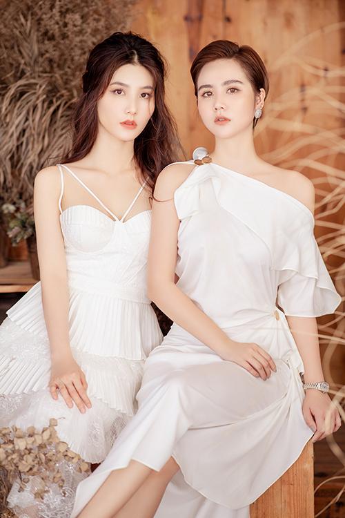 Diễm My 9X và Huyền Lizzie diện váy trắng đồng điệu. Trong phim, cả hai vào vai đôi bạn thân thiết cả ở công việc lẫn cuộc sống riêng, có thể chia sẻ với nhau mọi điều. Ở ngoài đời, Huyền Lizzie cũng là một trong những người bạn thân thiết nhất của Diễm My 9X tại Hà Nội.