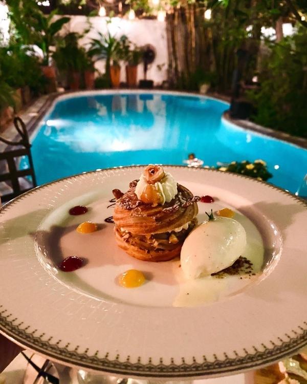 Nhà hàng chuyên món Pháp không hiếm ở Sài Gòn, nhưng nhà hàng vừa có thức ăn ngon, độc đáo, vừa có cảnh đẹp thì không nhiều. Và đây là một trong những nhà hàng được đánh giá tốt ở Sài Gòn. Các món ăn trình bày tinh tế. Như nhiều nhà hàng fine dining khác, phần ăn nhỏ, đặt trong chiếc đĩa thật to.