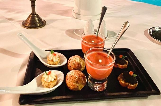 Kỳ Duyên và Minh Triệu chọn thực đơn gồm 8 món, mang đậm hương vị ẩm thực Pháp truyền thống. Thực đơn ở quán được thiết kế chỉn chu, đa phần là nguyên liệu nhập khẩu và những món ít có thể tìm thấy tại các nhà hàng kiểu Âu khác ở Sài Gòn.