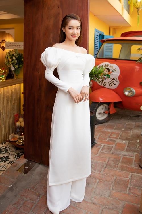 Nhã Phương diện áo dài trắng cách điệu, khoe vai trần gợi cảm.