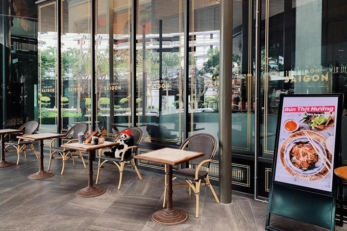 Nhà hàng chia làm hai khu, khu trong nhà có máy lạnh mát mẻ, bàn ngoài trời ngắm phố xá đông đúc, và mỗi bàn nhỏ chỉ có một ghế ngồi. Ảnh Maison Saigon