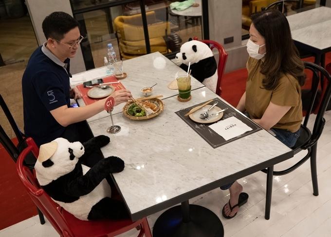 VấcTrước đó chúng tôi chỉ có một chiếc ghế cho các bàn mà khách hàng đến một mình. Nhưng đối với tôi, nó cảm thấy kỳ lạ, vì vậy tôi nghĩ tôi đã cho họ một số công ty, ông nói Natthwut Rodchanapanthkul, chủ sở hữu của Maison Saigon, một nhà hàng Việt Nam ở Bangkok.