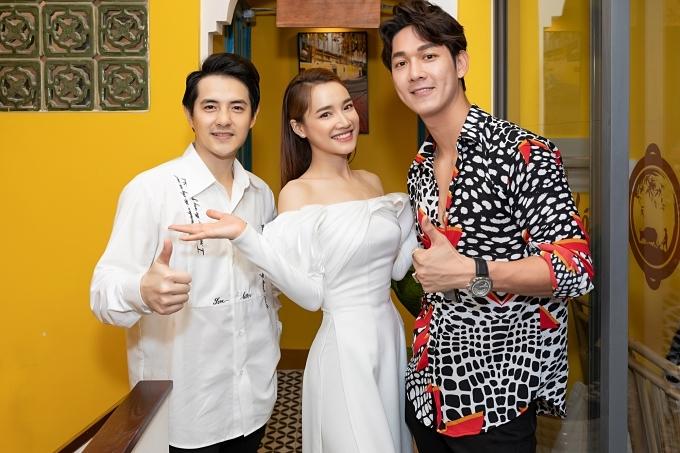 Ông Cao Thắng (trái) lẻ bóng đi dự event.