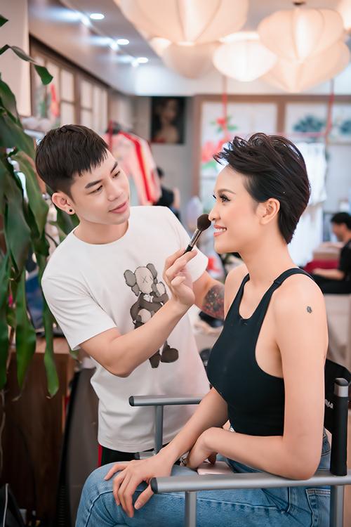 Phương Mai xuất hiện ở thủ đô với mái tóc tém mới cắt tôn vẻ cá tính. Cô cho biết, sau một thời gian để tóc dài nữ tính cho hợp với hình ảnh người phụ nữ có gia đình, cô muốn thay đổi để làm mới bản thân. Mái tóc ngắn giúp cô thể hiện rõ tính cách mạnh mẽ.