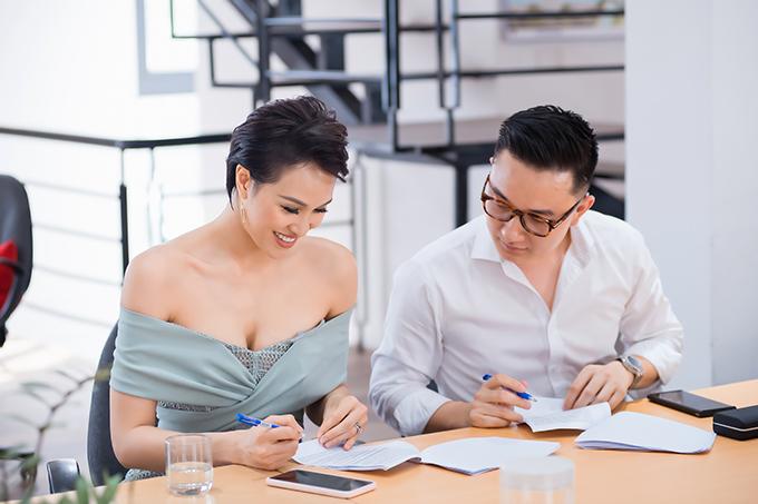 Phương Mai trao đổi rất kỹ về kịch bản với bạn dẫn trước khi sự kiện bắt đầu. Sinh sống ở Sài Gòn nhưng Phương Mai rất đắt show MC tại Hà Nội nhờ khả năng dẫn song ngữ duyên dáng, lưu loát cùng vẻ ngoài xinh đẹp, gợi cảm.