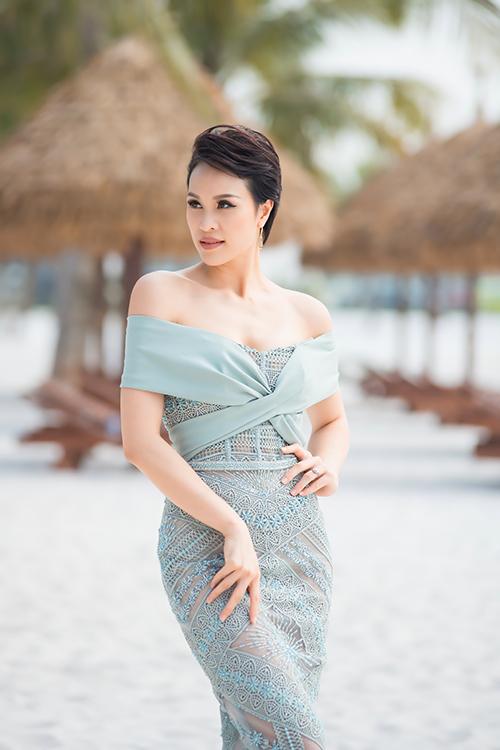 Tại sự kiện, Phương Mai khoe thân hình mảnh mai với thiết kế của Hà Duy. Nhờ chăm chỉ tập yoga và múa cột, nữ MC gốc Hà Thành nhanh chóng lấy lại vóc dáng như thời con gái sau chưa đầy nửa năm sinh con.