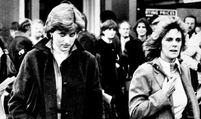 Diana và tình địch đi cạnh nhau trước khi đám cưới hoàng gia diễn ra. Ảnh: UK Press.