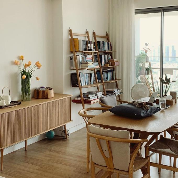 Bản thân Helly Tống đã chuyển nhà 6 lần nên chị đã có kinh nghiệm trong sắp xếp, bố trí không gian sống. Chịlên kế hoạch thiết kế,chọn mua nội thất cho căn hộ theo sở thích. Tôi hướng đến phong cách sống zen (sống chậm, đơn giản), chọntông màu ấm và sự tối giản cho căn hộ, chị nói.