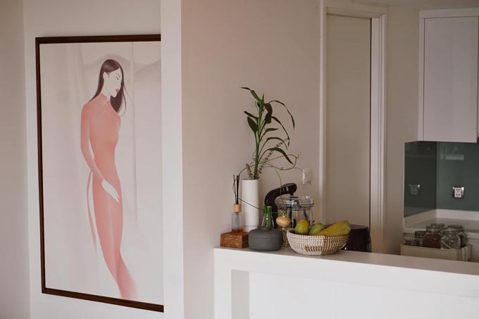 Bức tranh chân dung của Helly Tống ở gần bếp. Một ngôi nhà đúng nghĩa với người đẹp là nơi mà chị cảm thấy được sống trọn vẹn trong mỗi không gian và mỗi món đồ đều có thể đem đến cho chị nguồn cảm hứng khác nhau.
