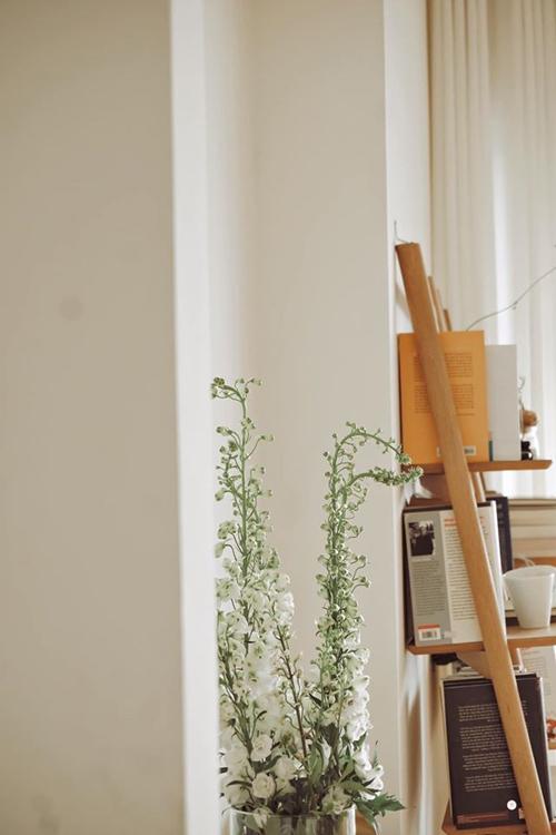 Các góc nhà được fashionista đặt bình hoa, giúp làm đẹp không gian.