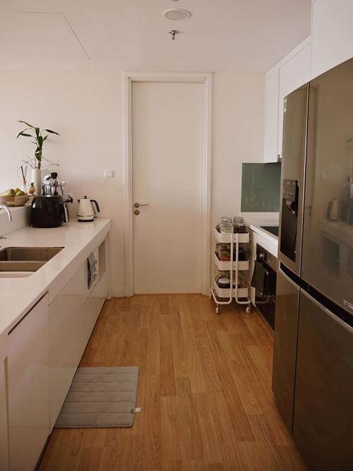 Bởi phần thô như khu bếp đã được lắp đặt theo quy chuẩn của tòa nhà nên khi bổ sung các thiết bị khác, Helly Tống mất nhiều thời gian lựa sản phẩm có kích thước phù hợp. Đôi khi các vị trí, khu vực chức năngđược phân chia chưa tương ứng với mong muốn sử dụng của tôi. Một số nội thất có sẵn trong nhà có khuyết điểm như kích thước chưa phù hợp, không vừa khoảng trống, Helly Tống bổ sung về một số bất tiện khi chuyển tới nhà mới.