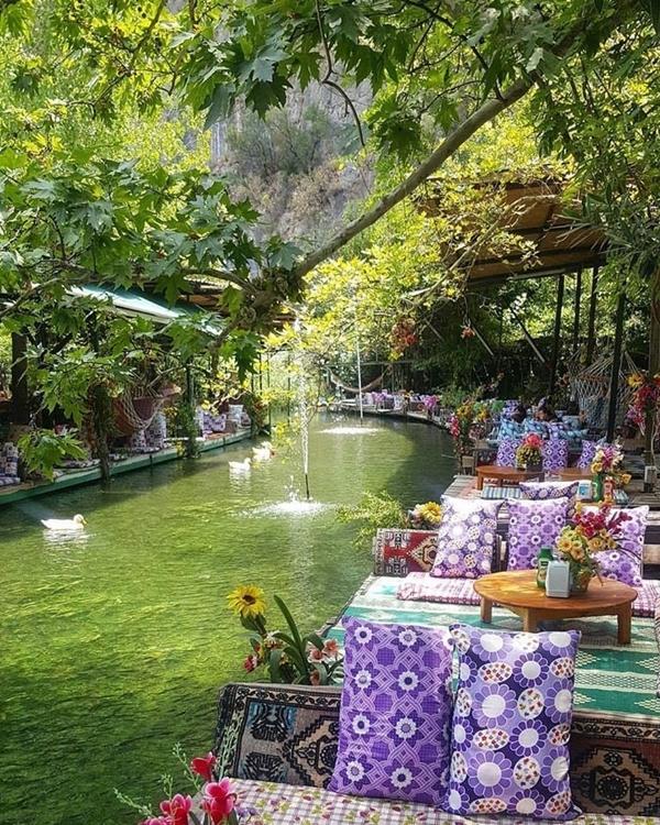 Vườn quốc gia Saklikent nằm ở phía Tây Nam Thổ Nhĩ Kỳ, thành lập vào năm 1996 là điểm nghỉ mát được nhiều người ưa chuộng vào mùa hè ở đất nước này. Không chỉ có không khí trong lành, mà quán cà phê bên trong vườn quốc gia trở thành một địa điểm Instagrammable (những nơi chụp hình đẹp, có thể hút nhiều lượt thích trên Instagram). ẢnhGozdepekin