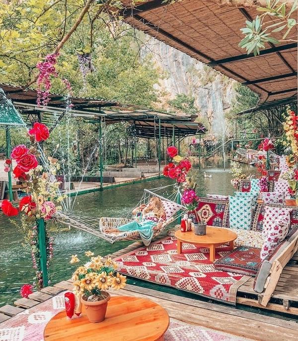 Sau khi chơi mệt nghỉ, bạn đến nhà hàng bên trong nghỉ ngơi. Quán được làm từ những sàn gỗ nổi trên mặt nước, lót thảm vải hoa văn đặc trưng trong văn hóa của Thổ Nhĩ Kỳ. Có vả võng dành cho bạn đu đưa nghỉ trưa hay phục vụ nhu cầu sống ảo của các nàng.Ảnhcerenucarken