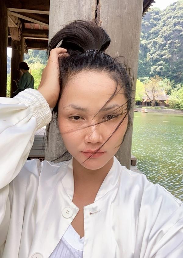 Đầu tuần này, HHen Niê có chuyến công tác ngắn ngủi ở Ninh Bình. Cô check-in ở Tràng An - một trong những điểm du lịch nổi tiếng nhất đất cố đô. Thời tiết mùa này khá nóng, vì thế sau mỗi ngày làm việc, hoa hậu phải siêng đắp mặt nạ, bảo vệ da.