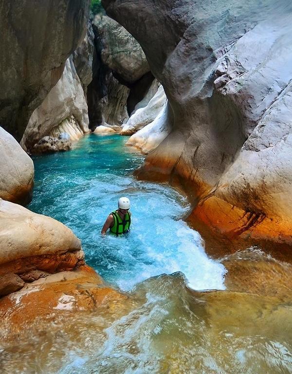 Nếu đủ can đảm, bạn có thể thử tắm trong dòng nước lạnh như băng, chảy từ trên núi cao xuống. Có những hố nước nhỏ trông như hồ bơi khá đẹp.Ảnh Goturkey