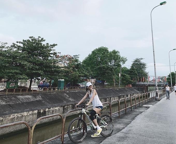 Hhen Niê thưởng thức vịt lộn nướng măng chuaNinh Bình - 8
