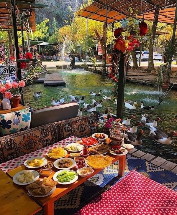 Bạn nên đi sớm, sau đó thưởng thức bữa sáng, nhâm nhi ly trà bên dòng nước chảy róc rách, thỉnh thoảng có vài vị khách biết bơi ghé thăm. Thức ăn chủ yếu các món ẩm thực truyền thống của Thổ Nhĩ Kỳ. ẢnhVisitmyturkey